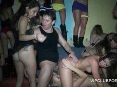 Adicto al sexo VIP putas teniendo grandes ejes cargados en hardco. Puta desnuda obtiene coño jodido y lamió a la vez en la sala VIP