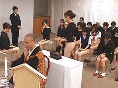 Chicas asiáticas ir a la iglesia media desnuda