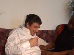 Un hombre blanco de cachondo beso con sexy ebony babe antes de ejercicios de su húmeda vagina. Un hombre blanco caliente es con una chica muy sexy ébano y su esposa está cabreada con beso loco de todas formas con este hottie folla su vagina húmeda en much