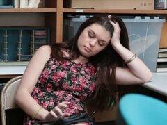 Adolescente ladrón Anastasia Rose obtiene golpeó en oficina de LP. Morena adolescente ladrón Anastasia Rose tenía un acuerdo final de conseguir golpeado por desagradable oficina LP en oficina de LP