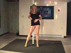 Cassie, madura 50 años milf Cassie baila y obtiene desnuda en casa.