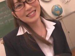 Joven maestra, más Miku Ohashi para usted. En este video interpreta a un profesor nerdy que ofrece ayuda adicional a los estudiantes después de clases en el aula, pero el estudiante tiene una imaginación loca y quiere que Miku a gato le. También hay escen