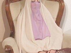 Mujer árabe que se divierte con su hombre
