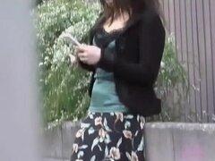 Video de sharking mostrando a una chica japonesa en bragas rosa lindas, invitando a japonesa cutie está de pie en una calle de una falda larga. Maestro de la usura se acerca y quita su falda rápidamente exponiendo sus bragas de color rosa adorables y sexy