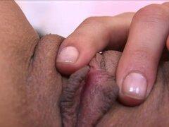 Melissa coño examen cerca de up, en este clip, son unos increíbles acercamientos del coño de Melissa. Ella expone su clítoris y contrae sus músculos (los músculos de contracciones orgásmicas) del coño para encender a sí misma y - con menos éxito - ejercic