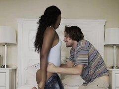 Babe negro atractivo obtiene deshuesada por un caliente chico blanco