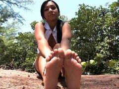 Diversión en los pies junto a la playa. Así que hoy tenemos a la encantadora Kim Kennedy para mostrarnos sus adorables pies pequeños. Esta hottie es puramente impresionante, es tan pequeña y tiene las tetas más sexys con pezones hinchados perfectos. Kim n