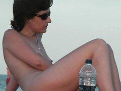 Una muy linda chica en una playa española desnuda
