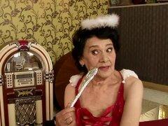 Salacious abuelita Laura obtiene su viejo coño comido y follado