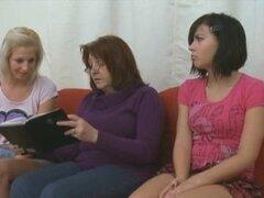 Ella nos hizo lesbianas - esta lesbiana muestra estos jóvenes