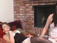 Pornstars cachondas Anastasia Pierce y Jewell Marceau en ropa interior caliente, video adulto dildostoys. Como la hermosa morena, Anastasia Pierce deja en el piso, leer un libro sucio, mientras fantasear acerca de tener su cuerpo sexy, voluptuosa, asolado
