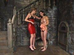 Audrey Leigh y Wenona. Wenona es una hermosa chica, algo tímida y muy obediente. Después de algunos fuertes azotes, Miss Audrey manda a su esclavo a lamer el sudor de su cuerpo, a partir de sus axilas y bajando a sus dedos. Ella es recompensada con los oj