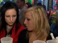 Sexo en grupo Patty salvaje en el club nocturno. Sexo en grupo Patty salvaje en el club nocturno.