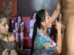 36 chicas cachonda mamando polla en sexo party46