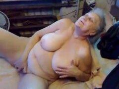 75 años viejo Breasty abuela dedo cubre su hendidura indecentes lujurioso, una abuela de 75yo de pelo gris con scones completo grandes nipps duro un abdomen con exceso de peso y un manguito muy sexualmente excitado es en sofá dedo follando su hendidura ju