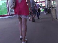 Culo upskirt seductora de una hermosa dama rubia, impresionante upskirt real filmado por el camarógrafo de perno muestra algunas partes del cuerpo sabroso de la flaca rubia.