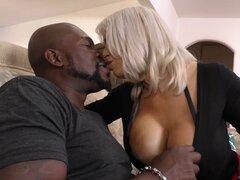 Hombre negro musculoso le da una fina experiencia interracial a Alyssa Lynn - Alyssa Lynn, Lexington Steele