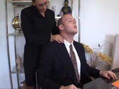 Secretaria con el pelo negro oscuro seduce a su jefe francés, Secretaria cachonda obtiene golpeó por ahí su jefe en la oficina. También ella chupa su polla y la pone entre sus tetas.