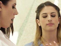 Angela White enseña a Kristen Scott el arte del masaje Nuru