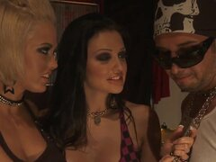 Aletta y Jenny organizan una fiesta e invitan a su amigo travieso a tomar parte en ella, es fiesta de disfraces sexuales y calientes donde las niñas pueden hacer lo que quieren y quieren sexo!
