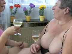 Abuela gorda Eva es follando con chica joven