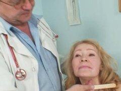 Gyno doctor espéculo examina coño madura muy vieja Sofie