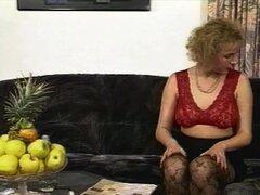 Medias Sexy rubia MILF se folla a un hombre en tanga rosa