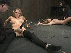 Caliente sexo lesbico con jovencitas sumisas atadas siendo folladas en video BDSM