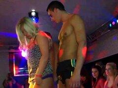 Las zorras de la fiesta se desnudan. Las zorras de fiesta se desnudan en el escenario en hi def