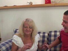 Dos tipos de fiesta se acuestan con la abuela rubia. abuela rubia