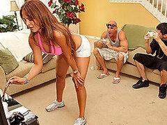 Cachonda putita de gimnasio es una instructora de yoga la cual le encanta ser follada por sus alumnos