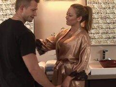 El matón del montón. Cuando Bill llega a la sala de masajes Nuru es en un gran estado de ánimo. Dice a la sexy masajista Mia que ganó mucho dinero en la serie mundial de Poker y quiere celebrar. Ella lo lleva a la sala de masajes y como ella se desnuda y