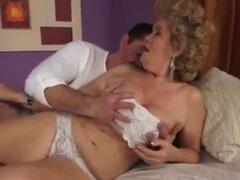 Cine porno con abuelas follando a chicos más jóvenes. Chicos calientes follan putas mucho mayores en este clip. Algunas de estas tres abuelitas tienen tetas muy grandes.