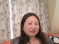 Obesa milf japonesa Miyoko Nagase es demasiado caliente para detenerse desde que asomó