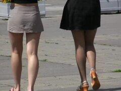 Dos upskirts con picantes chicas con piernas largas