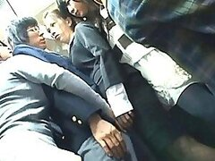 Japonesa AV modelo muestra sus bragas en púbico para quien lo quiera
