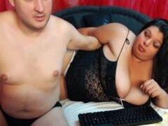 Mi esposa gordita y yo posando en línea, ella puede ser un poco de sobrepeso, pero mi bella esposa tiene un impresionante par de tetas. Ella y me encanta hacer videos amateurs. Éste nos muestra hablando con algunos desconocidos por webcam.