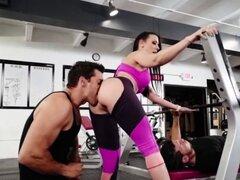Morena caliente de Rachel Starr en gimnasio y coño jugo. Rachel Starr va al gimnasio con su novio whimpy porque ella quiere que él sus músculos y conseguir rasgado ya shes cansado de él poder cogerla bien Rachel Starr está decepcionado en lo débil su novi
