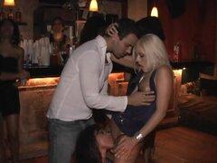 Impactante trío en público en un Club en un Video de la realidad