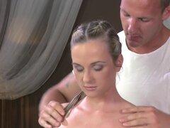 Sexy rubia después de masaje se pone jodido, Sexy rubia obtiene se extendía en sala de masajes masajista frota y digitación su coño afeitado antes le golpeó en una mesa de masaje