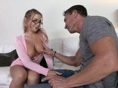 Él descarga sobre sus gafas después de que ella le da una mamada - Blair Williams, Marco Banderas