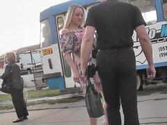Mejor video upskirt de una rubia con un tanga apretada, nadie puede culpar a este tipo de voyeur de upskirting para filmar bajo la falda-vestido sexy de esta chica rubia.