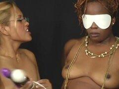 FetishNetwork Video: Asin Tops negro. Amante Maxine X es hasta sus trucos desagradables otra vez, y ella va a demostrar sus credenciales de dominio en este imponente Amazonas negro, Dahlia. Maxine X rápidamente tiene Dahlia en las poblaciones y el baile d