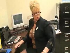 alta dama madura en la oficina con su esclavo de pie