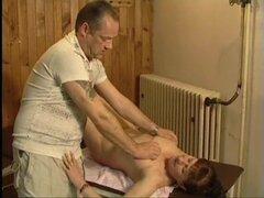Abuela tetona masajeada y follada por su masajista guapo