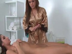 Masaje lesbianas chupando coño de cliente