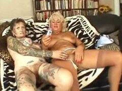 Abuela lesbiana tatuada follada. Un par de putas lesbianas viejas, uno de ellos tatuado como yakuza comiendo coños del otro en un sofá y jugando con un consolador grande