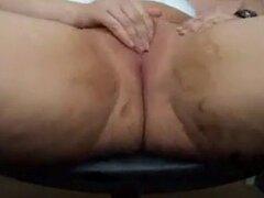 Espesor chica madura masturbándose. Mujer de gorda madura web cam se masturba cerca de la cámara