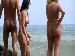Nudista de tetas grandes con cuerpazo, tetazas nudista con gran cuerpo y usar gafas de sol hablando con desnudo hombre y mujer gordita nudista.
