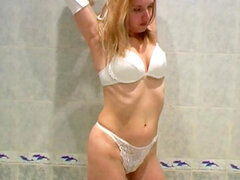 Muchacha lleva una gran Meada en la bañera